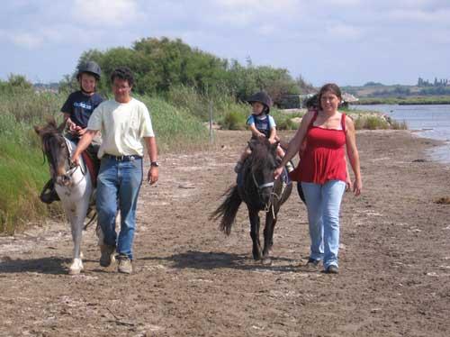 Balade en famille a poney au bord de l'etang situe derriere le ranch le petit sam