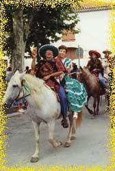 Defile a cheval et a poney costume dans le village de serignan le 16 aout